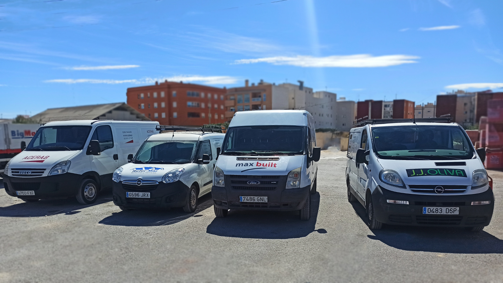 Rotulación de furgonetas para empresas de construcción en una colaboración entre distribuidor y clientes